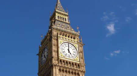 torre sineira : The Big Ben clock tower on Elizabeth Tower of Palace of Westminster London, UK. copy space Stock Footage
