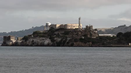 tesisler : Alcatraz Island in San Francisco Bay.Its home to Alcatraz prison, oldest lighthouse on the West Coast of the USA, military fortifications and seabird colony