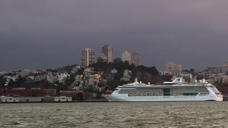 veleiro : SAN FRANCISCO - MAY 19 2015:Cruise ship dock in San Francisco port.The Port of San Francisco hosts over 80 cruise ship calls and 300,000 passengers annually at Pier 27 and Pier 35 cruise terminals. Stock Footage