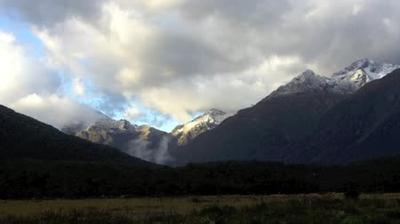 nowa zelandia : Landscape of mountains with snow in Fiordland, New Zealand.