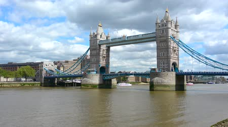 margem do rio : The Tower Bridge spanning over River Thames as view from the Queens Walk South Bank in London, UK. Stock Footage