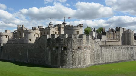 edifício exterior : The outer curtain wall of The Tower of London in City of London, UK. Vídeos