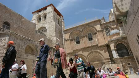 falésias : JERUSALEM, ISR - MAY 05 2015:Pilgrims at the Church of the Resurrection in Jerusalem, Israel. The Church considered to be the holiest Christian site in the world.