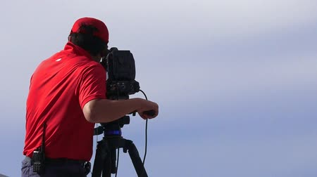 atirar : Camera operator shooting on location event. In 2006, there were approximately 27,000 television, video, and motion picture camera operators employed in the United States.