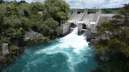 baraj : Aratiatia Rapids Dam opened spill gates. Its the first hydroelectric power station on the Waikato River, and is located 13 kilometres 8.1 mi downstream of Lake Taupo.