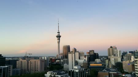 Új zéland : Timelapse of Auckland New Zealand skyline with the Sky Tower lit multicolours in celebration of SKYCITY Aucklands 20th birthday.