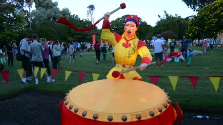 барабаны : Chinese man play drum lantern in Auckland Lantern Festival. Its the largest Chinese festival in New Zealand with 800 handmade lanterns to celebrate Chinese New Year.