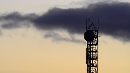 telekomünikasyon : Silhouette  of communication tower with satellite dish and aerials at sunrise. Telecommunication concept