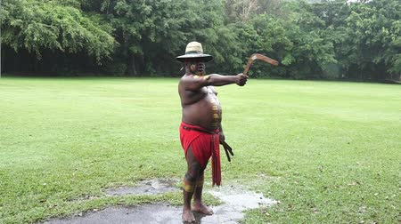 sztuki walki : Yirrganydji Aboriginal warrior throw boomerang during cultural show in Queensland, Australia.