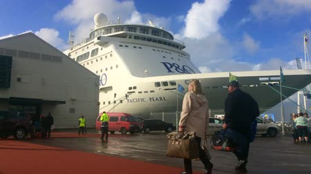 навес : Sea passengers boarding a cruise ship.In a typical year, more than 25 different ships visit New Zealands coast mainly during the October April summer cruise season.