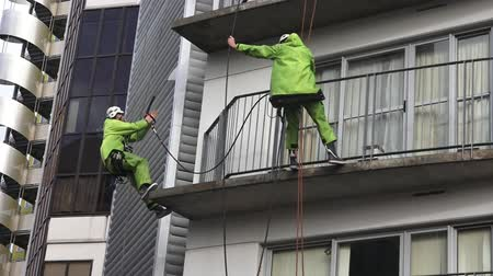 yerleşim : Window cleaners works on high rise building.Window cleaning is considered one of the most dangerous job in the world.Several window cleaners die each year and many are injured