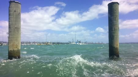 árapály : Time lapse of hige tided waves rise in Waitemata Harbour Auckland, New Zealand.