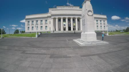 музей : Auckland War Memorial Museum. Its one of New Zealands most important museums and war memorials. Its collections concentrate on New Zealand history, natural history, as well as military history.