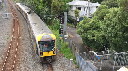 lokomotiva : Aerial view of AT train. Aucklands urban train services are operated by Transdev Auckland. Trains and stations are owned by Auckland Transport while tracks are owned by KiwiRail.