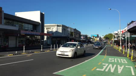 Traffic on Karangahape (K) Road, considered to be one of the cultural centers of Auckland known for cafes and boutique shops. Стоковые видеозаписи