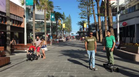 Traffic on Cavill Avenue a street and a pedestrian mall the heart of the Surfers Paradise shopping and entertainment district in Gold Coast, Queensland, Australia. Stock mozgókép