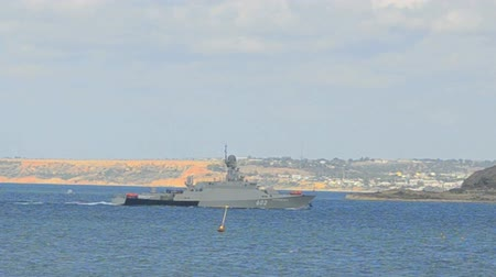 razzia : Warship enters the bay from the open sea. Battleship returned to the military naval base Stock mozgókép