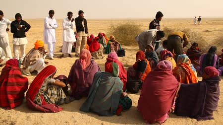 művésziesség : Indian Poor people at Desert Train station