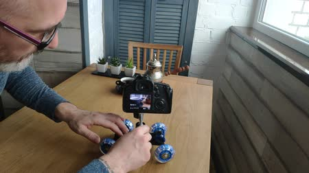 hajtások : A photographer takes a commercial with a coffee composition.