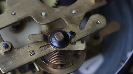 escovado : Old vintage clock mechanism working, shot with soft focus. Close up of a internal clock mechanism. Vintage Watch Gears Movement Macro.