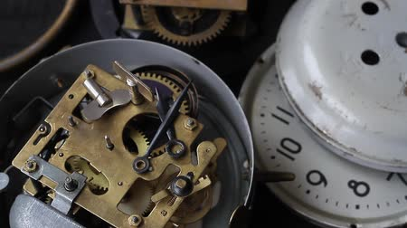 точность : Old vintage clock mechanism working, closeup shot with soft focus. Close up of a internal clock mechanism. Vintage Watch Gears Macro.