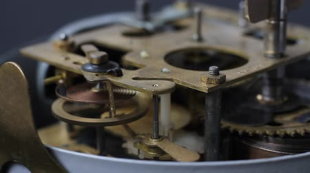 заводной : Old vintage clock mechanism working, closeup shot with soft focus. Close up of a clock mechanism. Vintage Watch Gears Movement Macro.