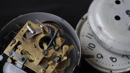 escovado : Old vintage clock mechanism working, closeup shot with soft focus. Close up of a internal clock mechanism.