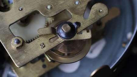 escovado : Vintage clock mechanism working, closeup shot with soft focus. Close up of a internal clock mechanism. Vintage Watch Gears Movement Macro. Vídeos