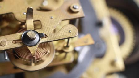 výbava : Old clock mechanism working, closeup shot with soft focus. Close up of a internal clock mechanism. Vintage Watch Gears Movement Macro. Dostupné videozáznamy