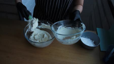 fırçalamak : Cooking cheese and cream cheese cake for making nut-banana cake
