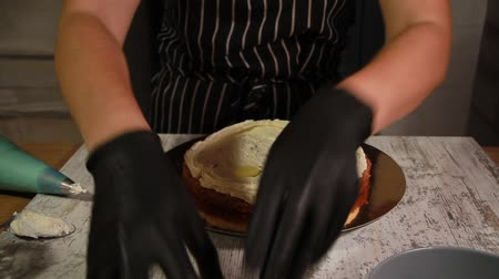 nogueira : Assembling the nut-banana cake layers, applying butter cream Vídeos