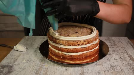 chicote : Assembling the nut-banana cake layers, applying butter cream Vídeos
