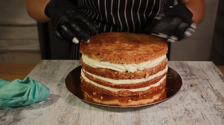 chicote : Assembling the nut-banana cake layers, smearing with syrup Vídeos