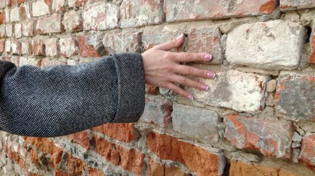 sentido : 4K Womans hand moving over old brick wall. Sliding along. Sensual touching. Hard stone surface. Sensory experience