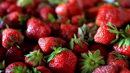 nutriente : Closeup of a bunch of fresh, large, ripe strawberries on the kitchen table before cooking, selective focus