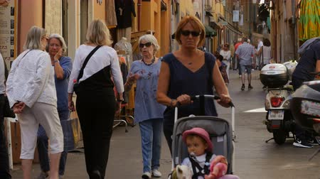 население : NICE, FRANCE - OCTOBER, 2016: People are walking in the narrow streets of the old city.