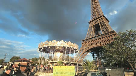 карусель : The Eiffel Tower and carousel in Paris