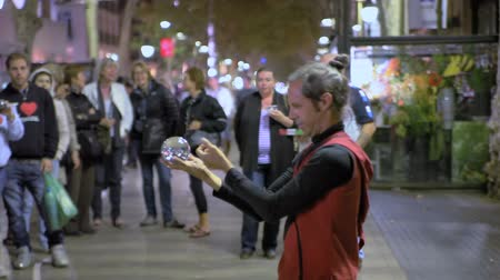 gösterileri : A street magician with a magic ball Stok Video