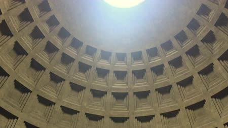 потолок : Internal view of the Pantheon in Rome. Detail of the hole in the dome (oculus) through which sunlight passes