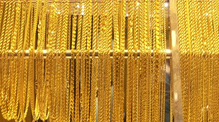 цепь : View of lot of different gold chains in the shop window of the jewelry store. Стоковые видеозаписи