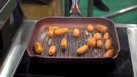 pietruszka : 4K view of carrots are fried in a pan. The carrot pieces upside down. Wideo