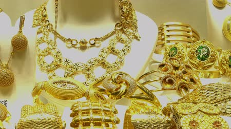 collier : Piles of gold necklaces, chains and bracelets in oriental jewelry store. HD video Vidéos Libres De Droits