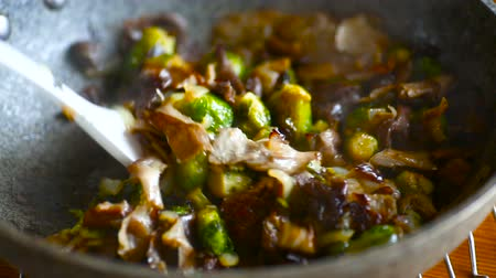 erva doce : Brussels sprouts roasted with mushrooms