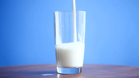 cálcio : fresh milk in a glass