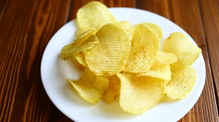 навынос : Crispy potato chips in a white plate