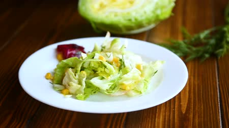 nakrycie stołu : fresh salad of young cabbage with sweet corn