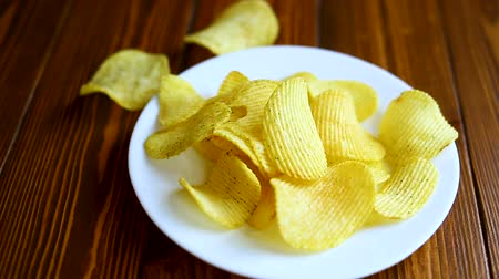 vime : Crispy potato chips in a white plate
