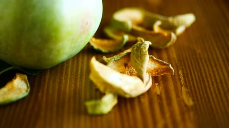 lanches : Dried apples in a bowl with a fresh apple Stock Footage