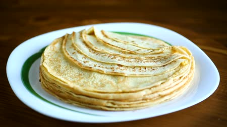 palačinka : Thin pancakes stacked on a plate in a pile Dostupné videozáznamy