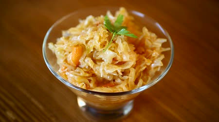 repolho : stewed cabbage with carrots in a glass bowl